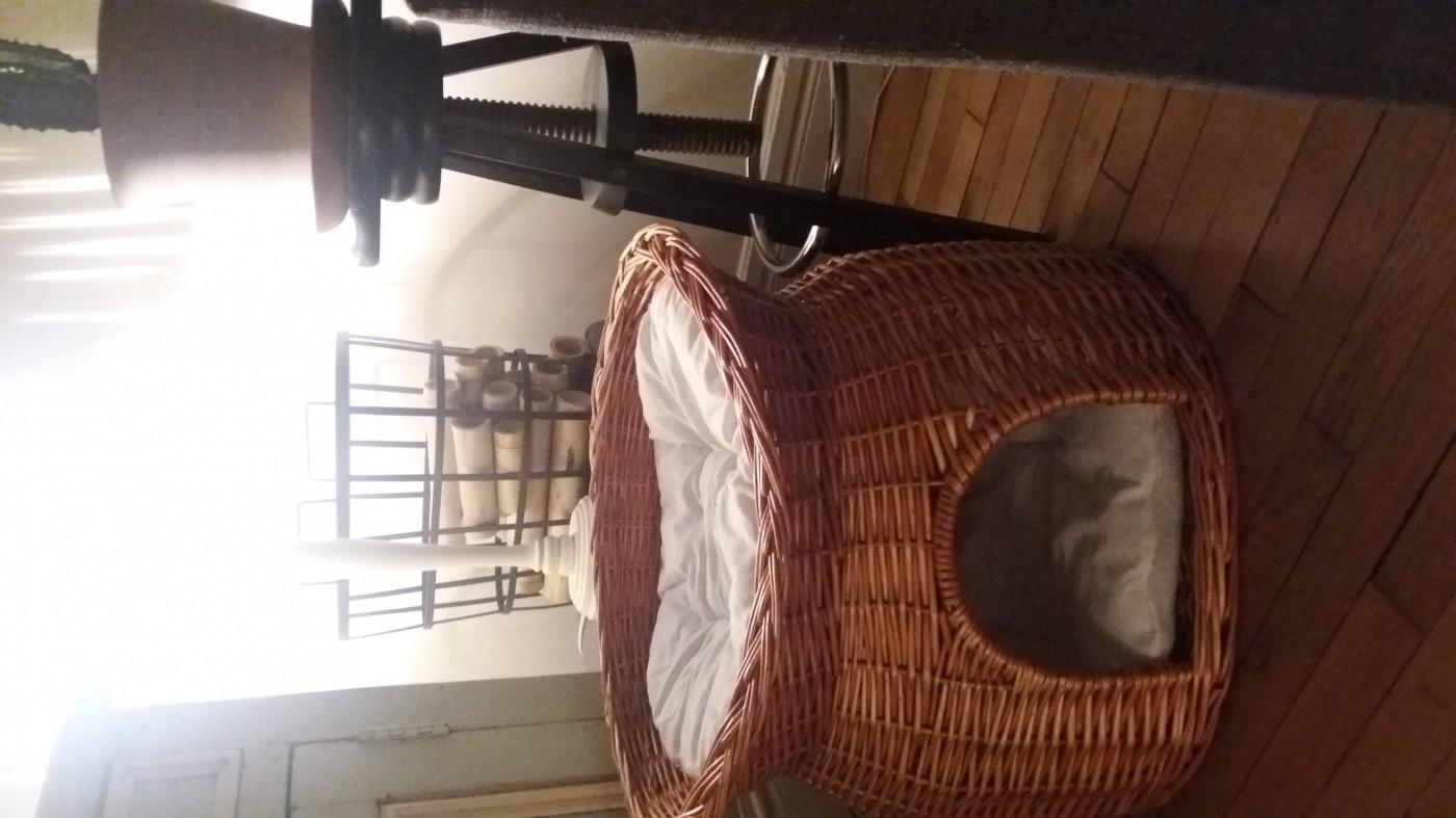 panier osier avec lit au dessus marron couchage chat. Black Bedroom Furniture Sets. Home Design Ideas